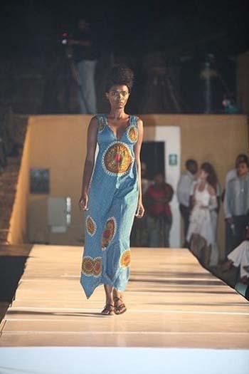 Foto de Vestido de capulana azul e comprido