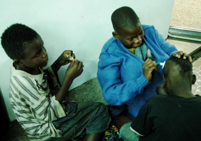 Criancas partilhando lamina.          Feling Capela