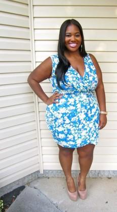 Vestido azul com detalhes brancos