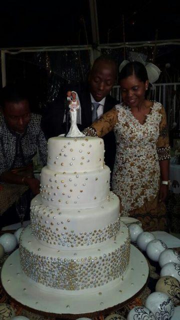 Valentina Guebuza ao lado do noivo, Zofimo Muiane procedendo corte de bolo