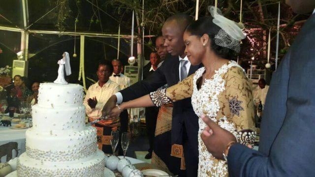 Valentina Guebuza cortando o bolo na cerimonia do seu lobolo