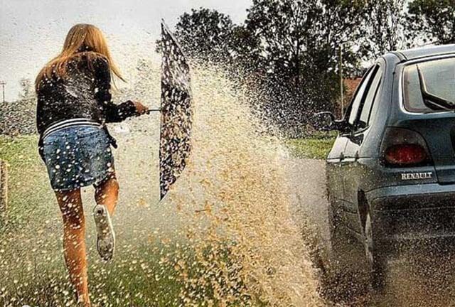 Molhar pessoas com água das chuvas